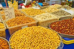 Las nueces y las semillas en el mercado de Antalya Imágenes de archivo libres de regalías