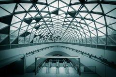 Las nuevas escaleras móviles construyeron una estación de metro Fotos de archivo