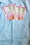 Las nuevas 2000 notas de la rupia en un indio sirven el bolsillo del frente de camisas Fotos de archivo libres de regalías