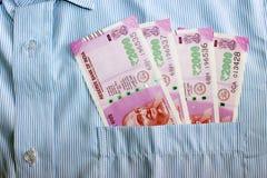 Las nuevas 2000 notas de la rupia en un indio sirven el bolsillo del frente de camisas Foto de archivo