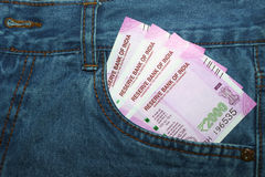 Las nuevas 2000 notas de la rupia en un indio sirven el bolsillo delantero de la mezclilla Fotografía de archivo libre de regalías