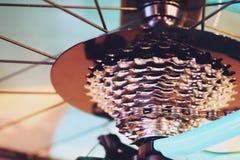 Las nuevas piezas de la bicicleta, cambio de marchas de cadena, transmisión, adaptan el casete, cierre del fondo para arriba fotografía de archivo libre de regalías