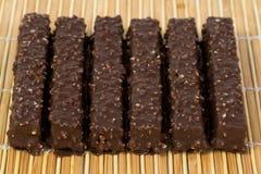Las obleas del chocolate en una servilleta de bambú Imagen de archivo