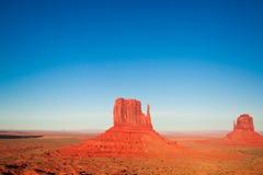 Las obras maestras majestuosas de la piedra arenisca en el valle del monumento del ` s de la nación de Navajo parquean Foto de archivo libre de regalías
