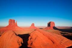 Las obras maestras majestuosas de la piedra arenisca en el valle del monumento del ` s de la nación de Navajo parquean Imagen de archivo libre de regalías