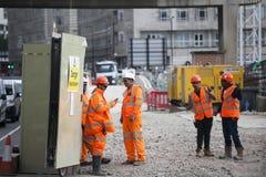 Las obras por carretera cerca de la colina de la torre eran trabajadores manuales están trabajando en equipo Tienen una rotura Fotografía de archivo