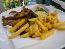 Las ofertas del pollo frito sirvieron con las patatas fritas y el slaw del col Fotos de archivo