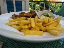Las ofertas del pollo frito sirvieron con las patatas fritas y el slaw del col Imagenes de archivo