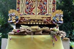 Las ofrendas diarias del Balinese en ritual hindú Localmente llamado Imágenes de archivo libres de regalías