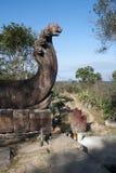 Las ofrendas y el incienso se pega en la plataforma del Naga en el complejo del siglo XI del templo de Preah Vihear imagenes de archivo