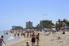 非常拥挤Las Ola海滩 免版税库存照片