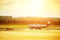 Las olas de calor tuercen el aeroplano del jet que está en la pista antes de d Fotografía de archivo libre de regalías