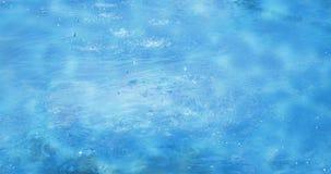 Las olas oceánicas azules del mar riegan descensos o el fondo tranquilo del movimiento del foutain en día soleado con la luz del  almacen de video