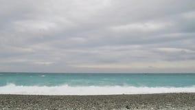 Las olas oceánicas azules que se lavan en Qixingtan varan en última hora de la tarde almacen de metraje de vídeo