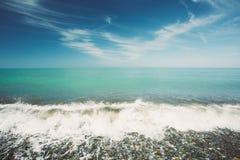 Las olas oceánicas del mar que lavan el guijarro empiedran la playa en Sunny Summer Day imagenes de archivo