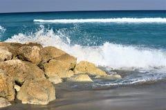 Las olas oceánicas empapan las rocas de Boca Beach con el espray de mar Foto de archivo