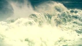 Las olas oceánicas, tsunami agitan, huracán, tifón metrajes