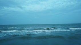 Las olas oceánicas vuelan encima almacen de video