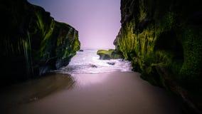 Las ondas acometen en la playa de San Diego fotografía de archivo libre de regalías