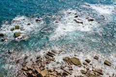 Las ondas acometen en las rocas fotografía de archivo libre de regalías