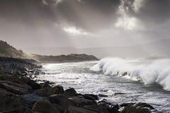 Las ondas atlánticas de la tormenta golpearon la costa oeste de Irlanda Fotos de archivo libres de regalías
