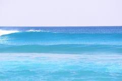 Las ondas azules traen el espray del océano a las rocas de las ondas de Boca Beach Foto de archivo libre de regalías
