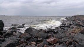Las ondas batieron contra las rocas en crear de la orilla de mar salpican almacen de video