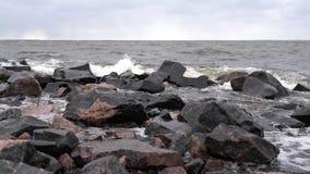 Las ondas batieron contra las rocas en crear de la orilla de mar salpican almacen de metraje de vídeo