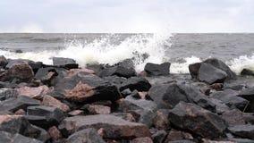 Las ondas batieron contra las rocas en crear de la orilla de mar salpican metrajes