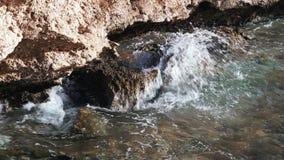 Las ondas batieron contra las rocas en la costa metrajes
