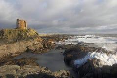 Las ondas causan un crash en orilla del fife debajo de la torre de la señora Imagen de archivo