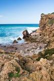Las ondas de fractura hermosas contra rocas en turquesa riegan en el fondo de Océano Atlántico Foto de archivo libre de regalías
