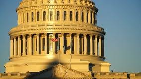 Las ondas de la bandera americana en viento en el edificio del capitolio de las naciones almacen de metraje de vídeo