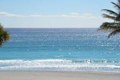 Las ondas de la isla traen un tono colorido a Boca Raton Beach Fotos de archivo