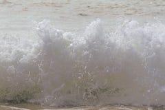 Las ondas de la playa se estrellan hacia la orilla en una mañana caliente del verano imágenes de archivo libres de regalías