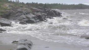 Las ondas de la tormenta luchan en piedras