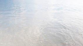 Las ondas de la visión se rompen en la isla tropical; playa Ondas del mar en la isla hermosa Seychelles; cámara lenta almacen de video
