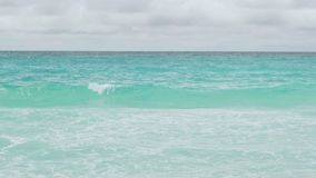 Las ondas de la visión se rompen en la isla tropical; playa Ondas del mar en la isla hermosa Seychelles; cámara lenta almacen de metraje de vídeo