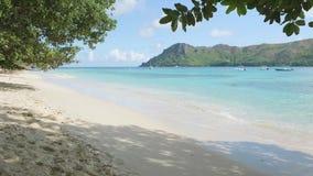 Las ondas de la visión se rompen en la isla tropical; playa Ondas del mar en la isla hermosa Seychelles; cámara lenta metrajes