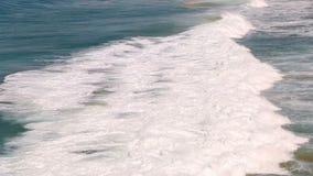 Las ondas de Océano Atlántico corren sobre línea de la costa en Fuerteventura, islas Canarias almacen de metraje de vídeo