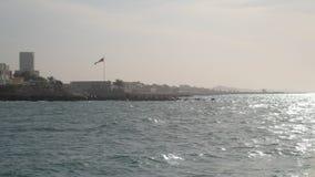 Las ondas del Golfo Pérsico son fractura de piedras costeras en día soleado almacen de metraje de vídeo