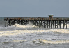 Las ondas del huracán rompen el embarcadero Imagen de archivo