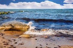 Las ondas del mar analizan en una piedra grande Fotografía de archivo