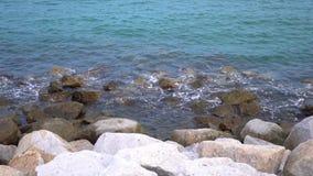 Las ondas del mar de la cámara lenta explotan la playa a lo largo de orillas de la playa La erosión de la agua de mar se relaja y almacen de metraje de vídeo