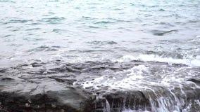 Las ondas del mar de la cámara lenta explotan la playa a lo largo de orillas de la playa La erosión de la agua de mar se relaja y almacen de video