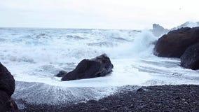 Las ondas del mar lavan la orilla de un color negro inusual metrajes