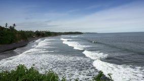 Las ondas del mar ruedan en la costa pedregosa, Bali, Indonesia metrajes
