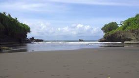 Las ondas del mar ruedan en la costa pedregosa, Bali, Indonesia almacen de metraje de vídeo