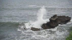 Las ondas del mar ruedan en la costa pedregosa, tiro de la cámara lenta, metrajes