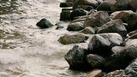 Las ondas del mar se rompen para arriba en las rocas, almacen de video